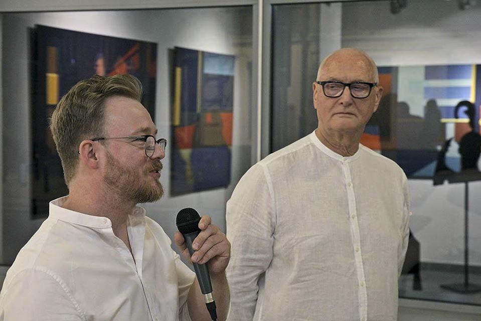"""Dariusz Milczarek wypowiada się w trakcie wernisażu wystawy """"Stany przejściowe"""""""