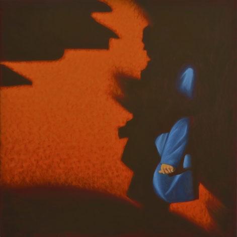 """Obraz """"Prześwit"""" z cyklu """"światłoczułe"""". Postać wyłania się z cienia na tle oranżowej ściany"""