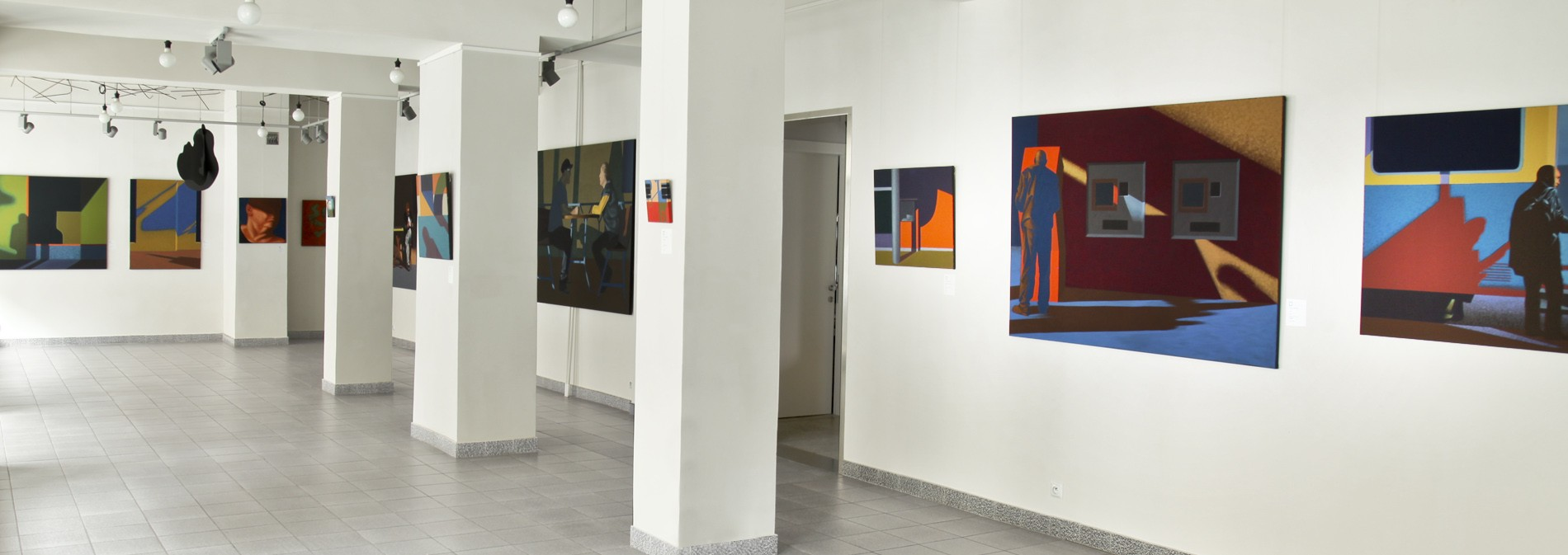 """Wystawa """"Stany przejściowe"""", obrazy Dariusza Milczarka na białej ścianie w Galerii Stalowa a Warszawie"""