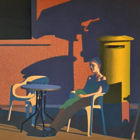 """Obraz """"Czeka"""", kobieta przy kawiarnianym stoliku na tle oranżowej ściany"""
