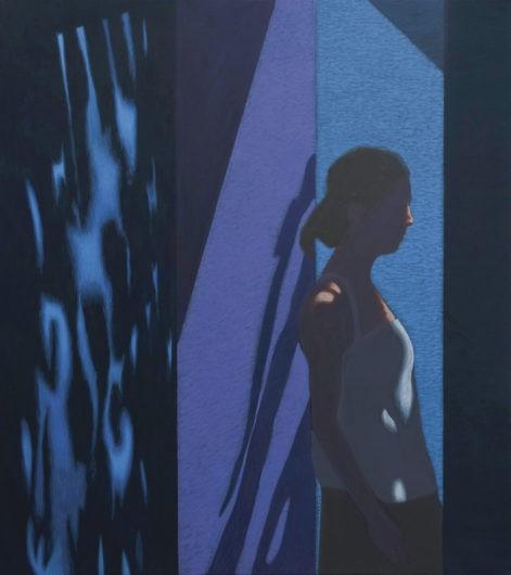 """Obraz """"K.T."""", sylwetka kobiety na tle oświetlonej niebieskiej ściany"""