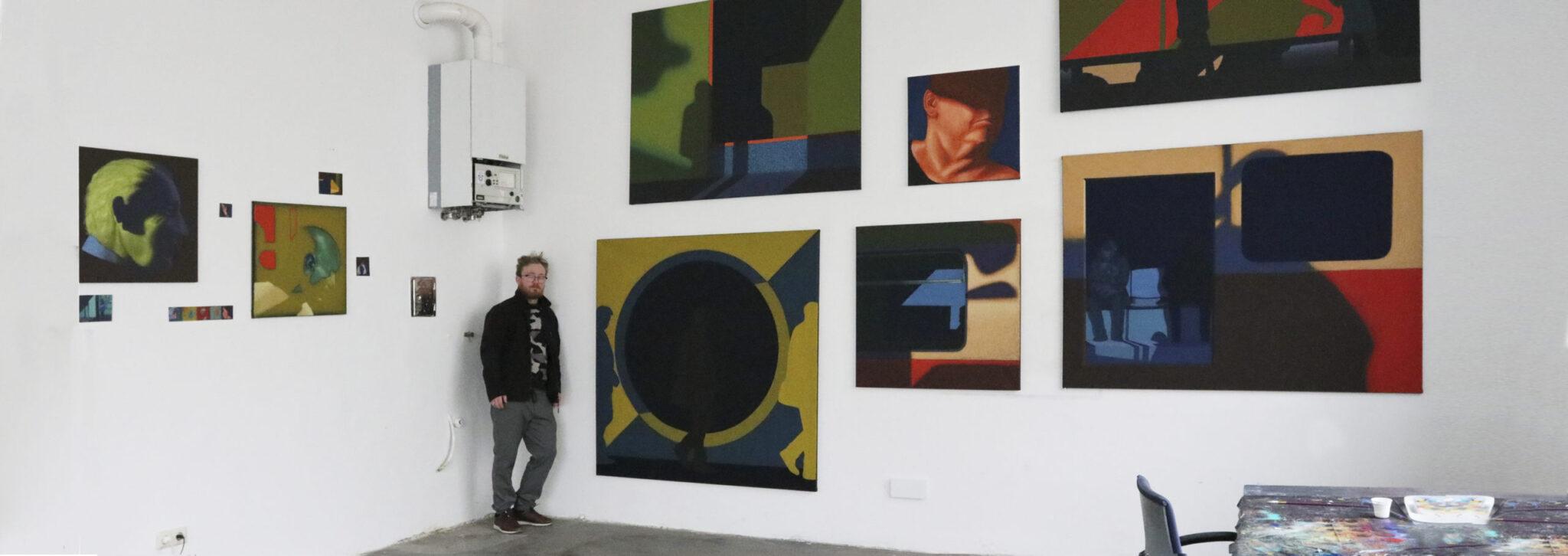 Dariusz Milczarek na tle obrazów w trakcie rezydencji w Wiedniu