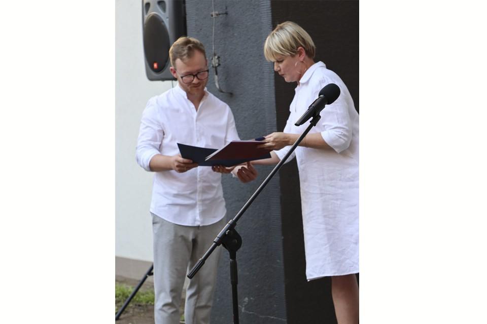 Dariusz Milczarek odbiera nagrodę w konkursie im. Leona Wyczółkowkiego.