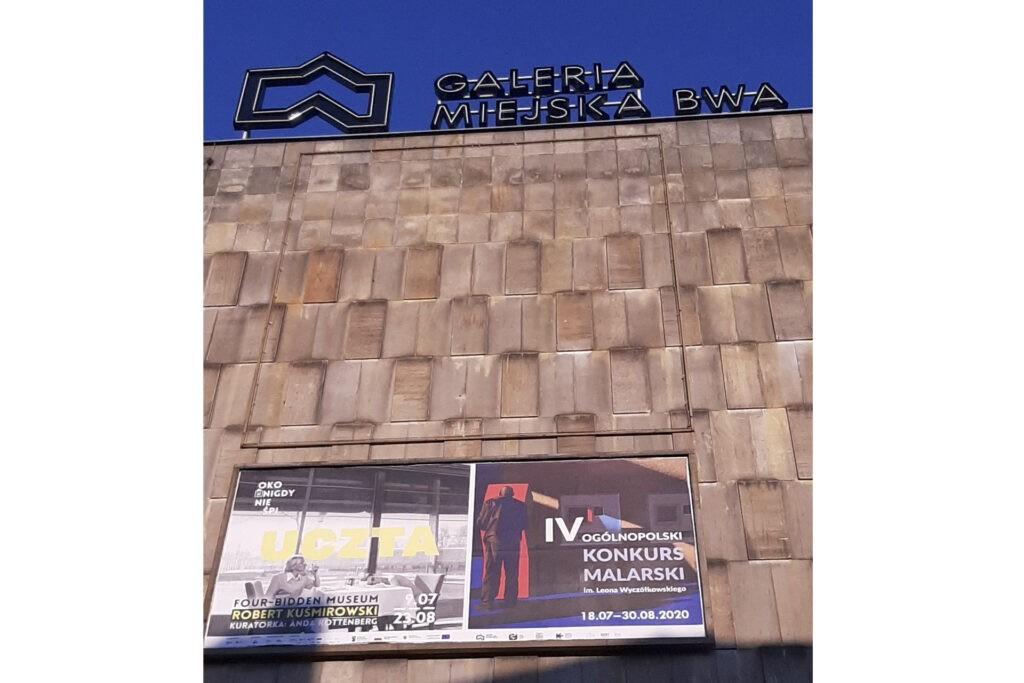 """Plakat na ścianie Galerii Miejskiej BWA w Bydgoszczy z obrazem """"Cień I"""""""